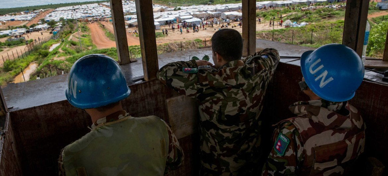 Des Casques bleus de la Mission des Nations Unies au Soudan du Sud surveillent un site de protection des civils à Juba. Photo ONU/JC McIlwaine