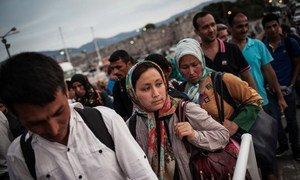 Des réfugiés syriens munis de leur passeport montant à bord d'un ferry entre l'île grecque de Kos et Athènes où ils seront enregistrés. Photo HCR/S. Baltagiannis