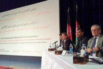 El representante especial de la ONU para Afganistán, Mark Bowden (der.), se dirige al Segundo Foro Independiente sobre Medios de Comunicación y Sociedad Civil en Kabul. Foto: UNAMA