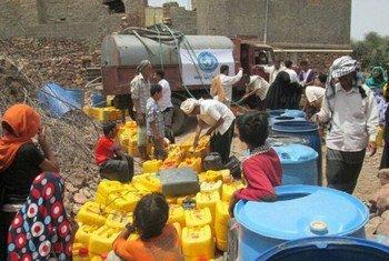 La Organización Mundial de la Salud ha estado entregando agua a los desplazados internos de Yemen. Foto: OMS