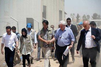 le nouveau Secrétaire général adjoint des Nations Unies aux affaires humanitaires et Coordonnateur des secours d'urgence, Stephen O'Brien, en visite dans un camp de personnes déplacées à Erbil, en Iraq. Photo : UNAMI PIO/Fabienne Vinet