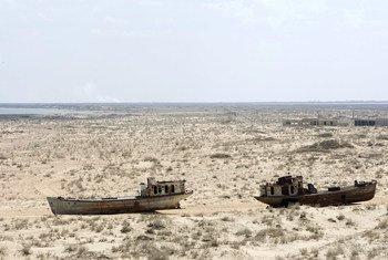 Заброшенные  корабли в бывшем портовом городе Узбекистана Муйнак, где население резко сократилось в связи с высыханием Аральского моря.