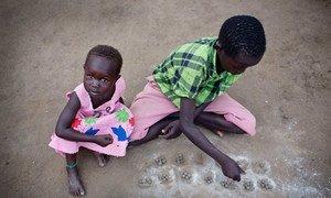 Des enfants jouent en dehors de leurs tentes dans le site de protection des civils de Bor, la capitale de l'Etat de Jonglei au Soudan du Sud. Photo : UNICEF / Kate Holt