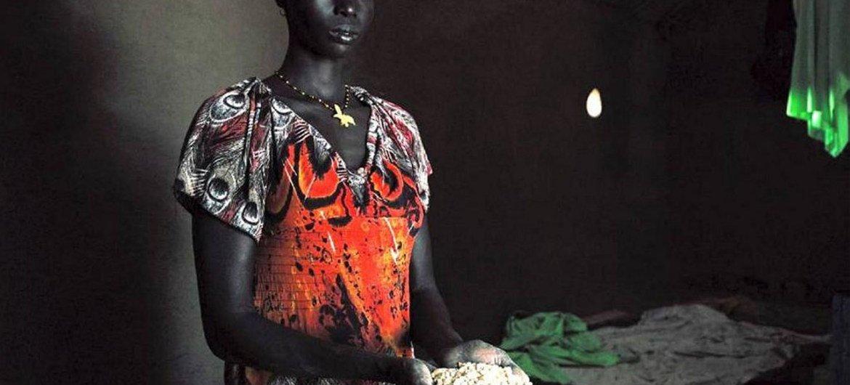 Janvier 2015: Nyachot montre une poignée de grains de maïs, qui fait partie de la ration alimentaire qu'elle a reçue dans le camp de réfugiés de Kakuma, au Kenya, où elle vit avec ses quatre enfants.