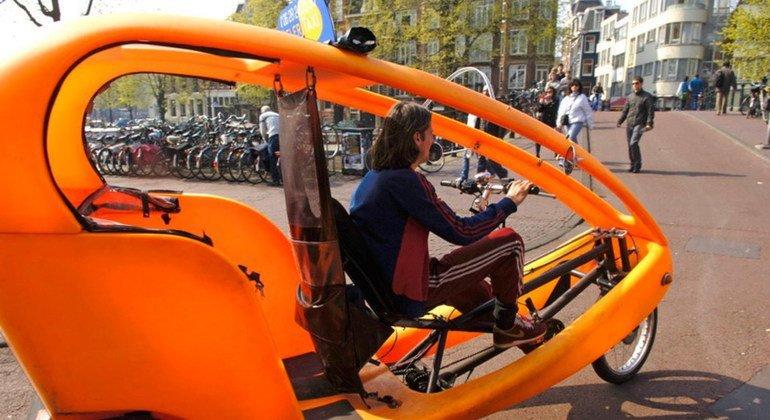 Такси-велосипед в Амстердаме.