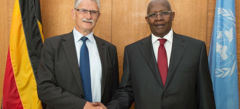 Sam Kutesa (à droite), Président de la 69ème session de l'Assemblée générale de l'ONU, et Mogens Lykketoft, Président de la 70ème session de l'Assemblée générale, le 15 juin 2015 au siège des Nations Unies, à New York. Photo : ONU / Eskinder Debebe