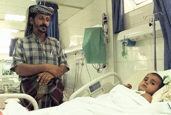 Hussein, 5 ans, qui vient de passer 4 jours dans le coma, aux côtés de son père dans un hôpital de Sanaa. Source : vidéo UNIFEED capture d'écran