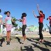 Niñas jugando en el patio de una escuela primaria en Tanauan, Filipinas. Foto: UNICEF/Giacomo Pirozzi