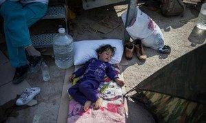 Un enfant de réfugiés dort à l'extérieur du centre de dépistage de Moria, sur l'île de Lesbos, en Grèce, en juin 2015. (archive)