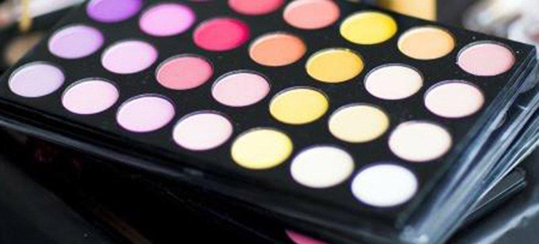 Durante los últimos 50 años, las micropartículas de plástico, llamadas microplásticos, se han utilizado en productos de cuidado personal y cosméticos (PCCP), reemplazando las opciones naturales.