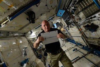 Le Bureau des Nations Unies pour les affaires spatiales (UNOOSA) et l'astronaute américain Scott Kelly lancent le concours photo #whyspacematters. Photo : UNOOSA
