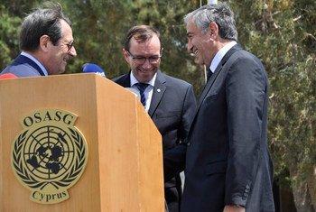 秘书长塞浦路斯事务特别顾问艾德(Espen Barth Eide)与塞浦路斯土耳其和希腊族领导人握手。联合国驻塞浦路斯维护特派团图片