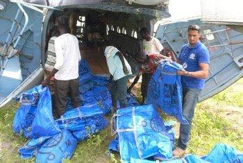 Des travailleurs humanitaires chargent un avion avec des kits de survie pour être distribués au Soudan du Sud. (archives)