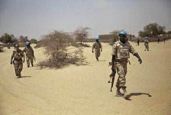 Des Casques bleus originaires du Burkina Faso patrouillent dans un village au nord-est de Tombouctou, au Mali. Photo : MINUSMA / Marco Dormino