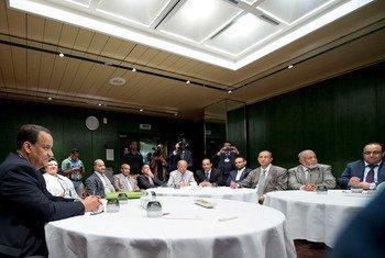 秘书长也门问题特使艾哈迈德会见参加日内瓦磋商的萨那代表团。联合国图片/Jean-Marc Ferré