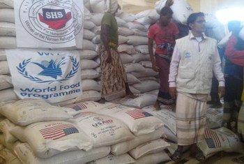 世界粮食计划署向也门民众分发援粮。图片来源:世界粮食计划署