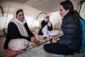 Mwanamke wa kabila la Yazid akizungumza na Angelina Jolie, mjumbe maalum wa shirika la Umoja wa Mataifa la kuhudumia wakimbizi, UNHCR.