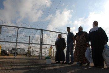 من الأرشيف: أدى الجدار الفاصل في الضفة الغربية، إلى جانب نقاط التفتيش وحواجز الطرق ونظام التصاريح، إلى خلق نظام إغلاق كان له تأثير وخيم على جميع جوانب حياة لاجئي فلسطين.