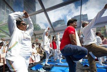 Celebración del Día Internacional del Yoga en la sede de la ONU. Foto: ONU/Mark Garten