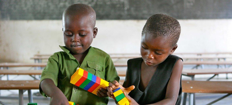 Enfants jouant dans l'école primaire de Shirichena, au sein du district de Mhondoro, au Zimbabwe. Photo : UNICEF / Giacomo Pirozzi