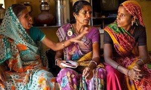 En Inde, les membres d'un réseau de femmes célibataires, Ekal Nari Shakti Sangathan, qui lutte pour l'obtention du droit des veuves à vivre dans la dignité et la justice. Photo : ONU Femmes / Gaganjit Singh