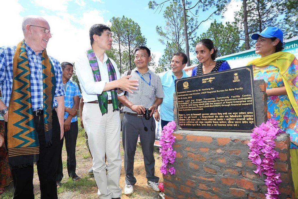 徐浩良(左二)在担任开发计划署亚太区域局局长期间为尼泊尔一个村庄的生姜加工社区中心奠基。 (资料图片)