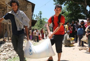 In Nepal, residents of Chautara Municipality, Sindhupalchok District, collect WFP emergency aid (May 2015).