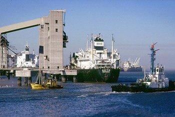 Centenas de milhares de integrantes da tripulação ficaram impedidos de deixar embarcações