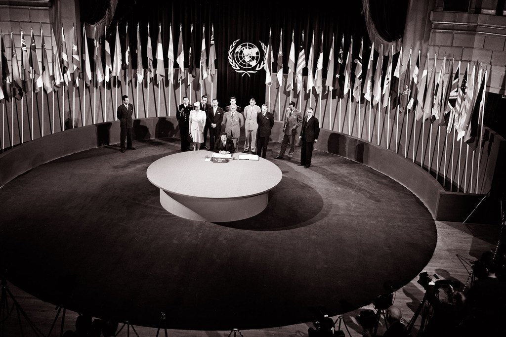 """1945年6月26日,《联合国宪章》签字仪式在美国旧金山""""老兵战争纪念馆""""举行。"""