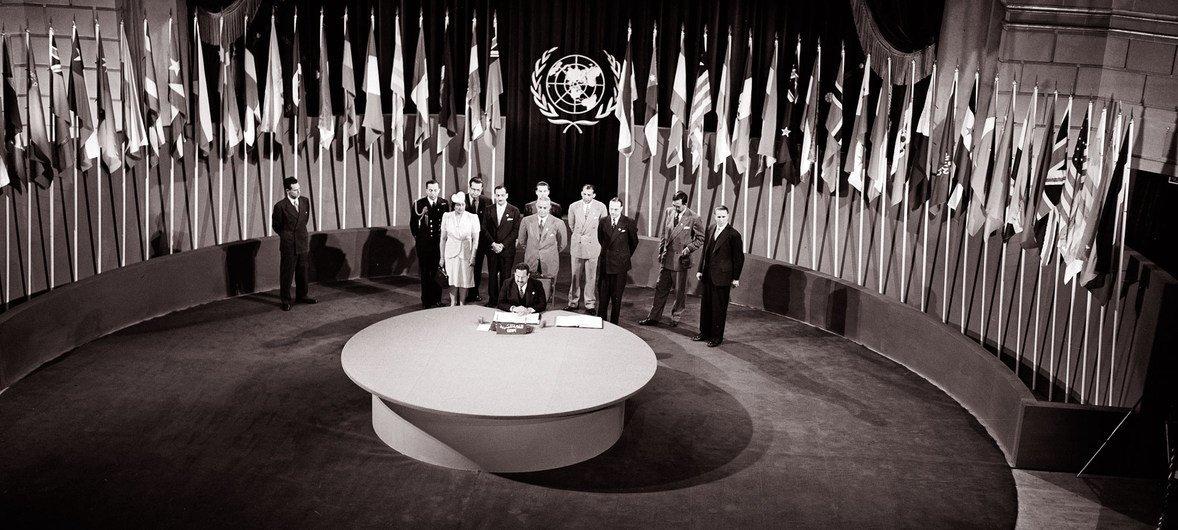 A Carta da ONU foi assinada em uma cerimônia realizada a 26 de junho de 1945.