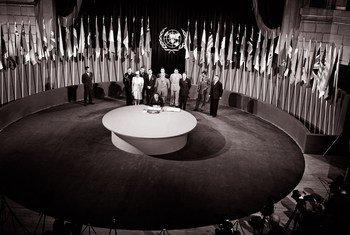 Utiaji saini wa Katiba au Chata ya UN tarehe 26 mwezi Juni mwaka 1945  kwenye jengo la maveterani huko San Fransisco, Marekani.