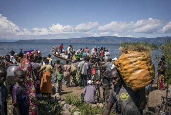 Un bateau transportant des réfugiés burundais arrive à Baraka, en République démocratique du Congo (RDC). Photo : UNHCR / F. Scoppa