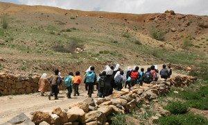 A Bamiyan, en Afghanistan, les enfants parcourent de longues distances pour se rendre à l'école.