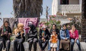 Réfugiés afghans face à un hôtel abandonné sur l'île de Kos, en Grèce, où des centaines de réfugiés et de migrants attendent leur inscription. Photo : HCR / J. Akkash