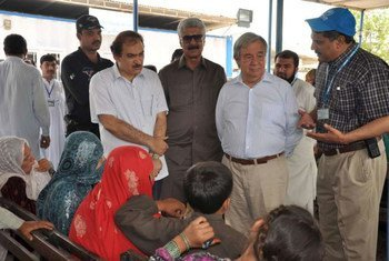 High Commissioner António Guterres talks with refugee families returning to Afghanistan at a UNHCR Voluntary Repatriation Centre in Peshawar, Pakistan.