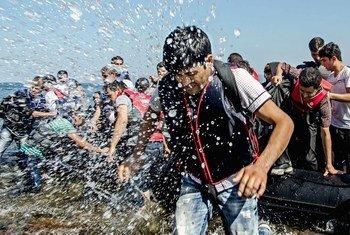 Des réfugiés afghans descendent de leur bateau sur l'île grecque de Lesbos. Photo HCR/Jowan Akkash