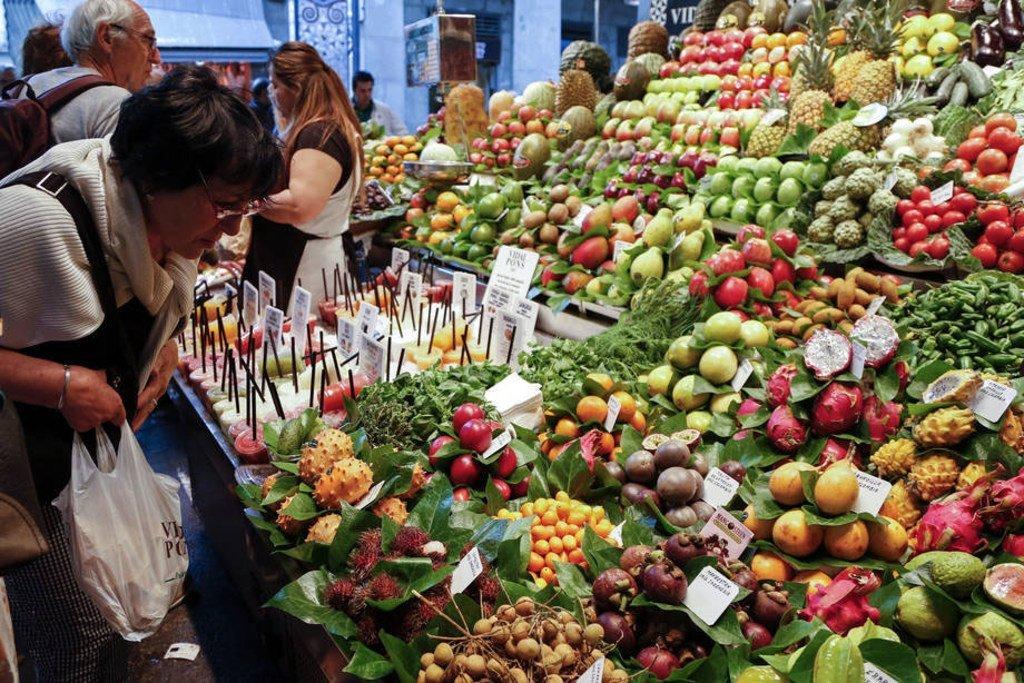 一名顾客在巴塞罗那的市场挑选水果。图片来源:粮农组织