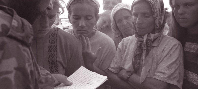 В 1995 году солдат зачитывает имена  тех, кому удалось  выжить в  Сребренице.