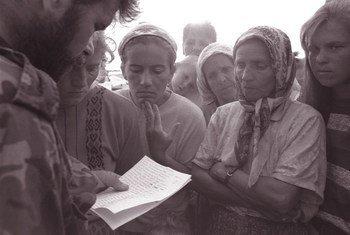 En 1995, un soldat du gouvernement lit les noms des soldats qui ont été confirmés comme survivants ou évadés de la ville de Srebrenica. UNICEF / NYHQ1995-0553 / LeMoyne