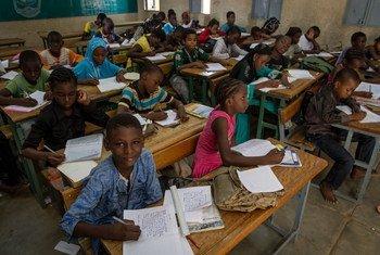Des écoliers dans une salle de classe à Gao, au Mali. Photo ONU/Marco Dormino