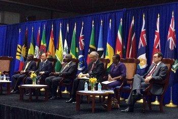 El Secretario General de la ONU (segundo a la izq.), en Bridgetown, Barbados, para la Cumbre de la CARICOM. Foto: Portavoz de la ONU