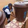 Una niña se lava las manos en una escuela en Monrovia, la capital de Liberia. Foto: UNICEF/Irwin