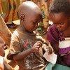 Deux enfants burundais dans un camp de réfugiés au Rwanda. Photo UNICEF/Pflanz