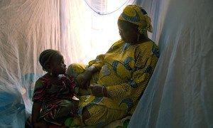 Une famille au Nigéria utilise des moustiquaires pour se protéger contre le paludisme. Photo Banque mondiale/Arne Hoel