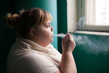Молодая женщина  курит в России. Фото ВОЗ/ Сергей Волков
