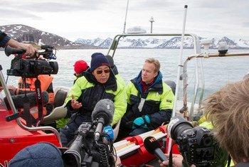 В районе норвежской Арктики   Генеральный секретарь  ООН (в центре) посещает  ледник Бломстрандбреен, где  побеседует  с учеными и   воочию увидит изменения, которые произошли после его  первого визита в  этот район в  2009 году. С права от Пан Ги Муна  министр иностранных  дел Норвегии   Бёрге Бренде. Фото ООН/Рик Баджорнас