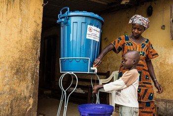 Une famille à Conakry, en Guinée, dont un membre a été infecté par le virus Ebola, a reçu des seaux et du chlore et une formation sur comment se laver les mains correctement à la maison (janvier 2015).