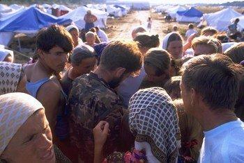 1995 में सेरेब्रेनीत्सा शहर के पतन के बाद जीवित बचे या बचकर भागे सैनिकों के नाम पढ़ता एक सरकारी सैनिक.
