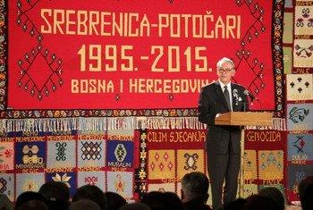 Le 11 juillet 2015, le Vice-Secrétaire général Jan Eliasson a représenté le Secrétaire général à une cérémonie en hommage aux victimes du génocide de Srebrenica, en Bosnie. Photo ONU