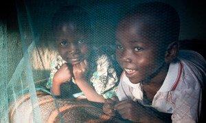 Denis et Wycliff Atieno, au Kenya, ont profité des moustiquaires imprégnées d'insecticide pou lutter contre lle paludisme. Photo UNICEF/PFPG2014-1178/Hallahan